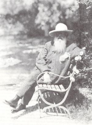 Monet assis sur un banc dans son jardin de Giverny, Nickolas Muray, 1926